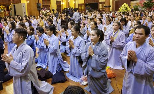 Phật tử nghe trụ trì chùa Ba Vàng thuyết giảng tối 21/3. Ảnh: Viết Tuân.