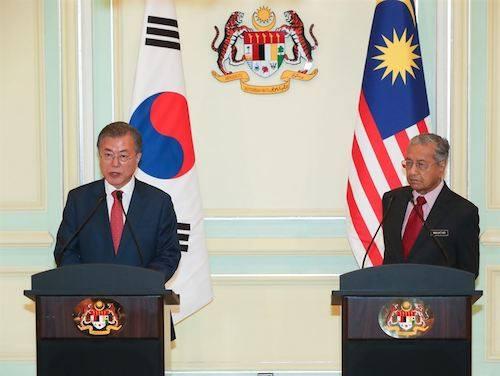 Tổng thống Hàn Quốc Moon Jae-in (trái) trong cuộc họp báo chung với Thủ tướng Malaysia Mahathir Mohamad hôm 13/3. Ảnh: Korea Times