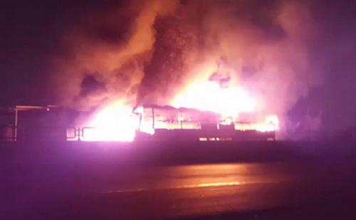 Xe khách giường nằm cháy lan vào nhà dân ở Bình Thuận