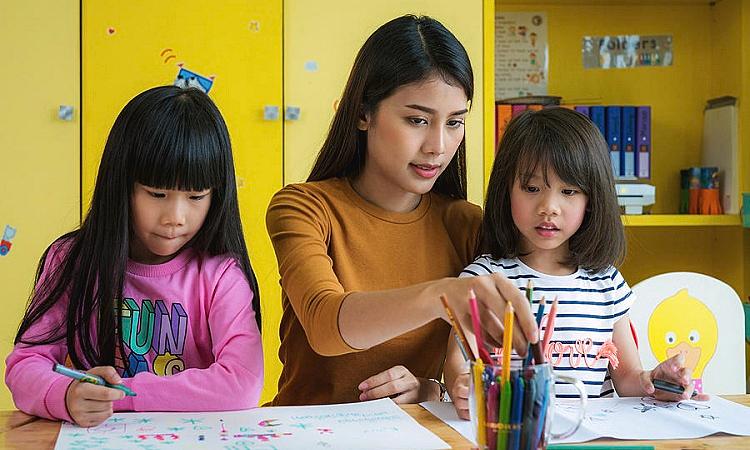 Ông chồng Singapore kể về khó khăn của vợ khi làm giáo viên mầm non