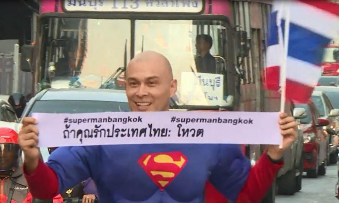 'Siêu nhân' xuống đường kêu gọi người dân Thái Lan đi bầu cử