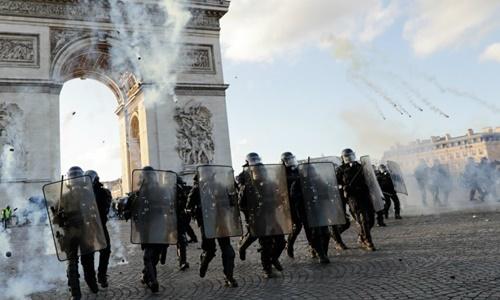 Pháp điều xe thiết giáp, vòi rồng đối phó biểu tình ''Áo vàng'' -