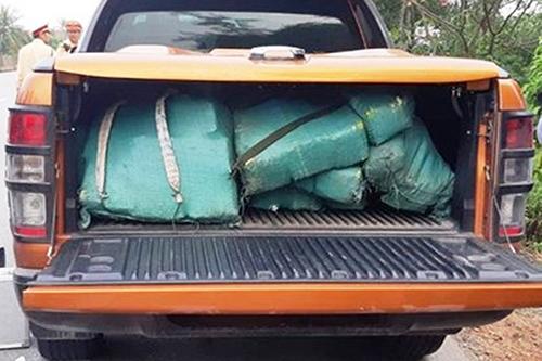 Chiếc xe bán tải cùng 300kg ma tuý đá bị tài xế bỏ lại chạy vào rừng.Ảnh: Quang Hà