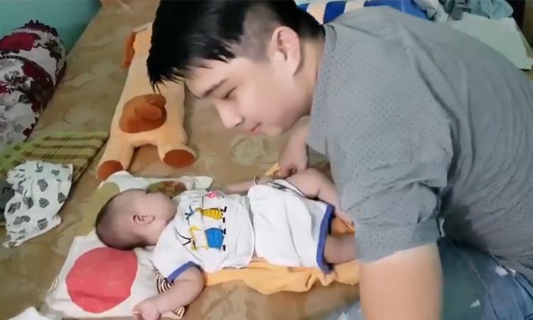 Ông bố bỉm sữa vừa hát vừa chăm con điêu luyện -