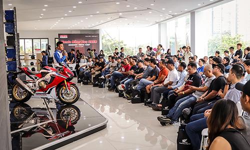 Kỹ thuật viên Honda hướng dẫn kỹ năng lái xe an toàn cho các thành viên tham dự hành trình.