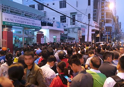 Người dân xếp hàng từ đêm đến sáng 28/3 để chờ lấy phiếu tiêm dịch vụ cho con. Ảnh: Tấn Việt.