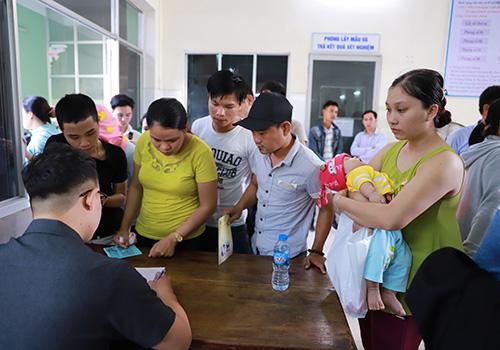 Sau khi vãn hồi trật tự, Trung tâm kiểm soát bật tật Đà Nẵng phải ghi tên cho những người chưa được tiêm chủng đợt này để gọi điện thông báo khi có vắc xin. Ảnh: Nguyễn Đông.