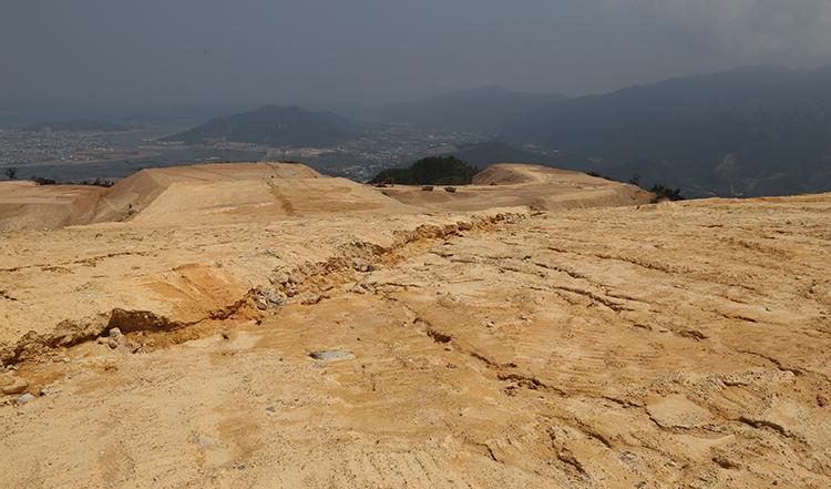 Trên đỉnh núi Chín Khúc chỉ đã bị ủi phẳng, trơ sỏi đá. Ảnh: Xuân Ngọc