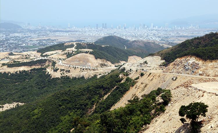 Nhiều hecta trên Khu vực núi Chín Khúc ở Khánh Hòa bị ủi phá làm dự án. Ảnh: Xuân Ngọc