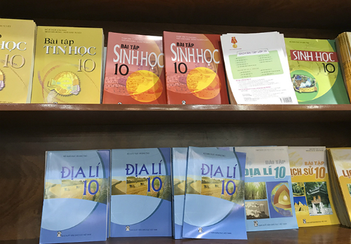 Sách giáo khoa giữ nguyên giá trong suốt 8 năm từ 2011. Ảnh: Dương Tâm