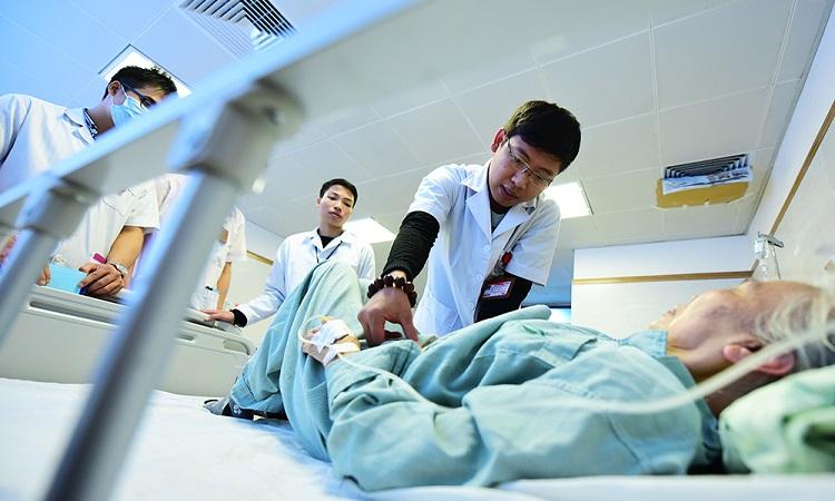 Sinh viên Đại học Y Hà Nội học lâm sàng tại Bệnh viện Lão khoa Trung ương. Ảnh: Giang Huy