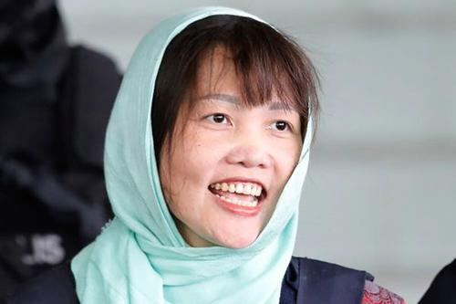 Đoàn Thị Hương vui mừng sau phán quyết của tòa án Malaysia ngày 1/4. Ảnh: AP