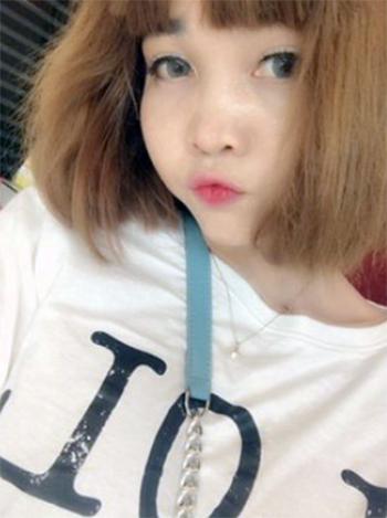 Đoàn Thị Hương mặc chiếc áo trắng có chữ LOL selfie tại khách sạn sau khi cắt tóc và trang điểm để chuẩn bị cho buổi quay hình hôm 13/2/2017. Ảnh: Asahi