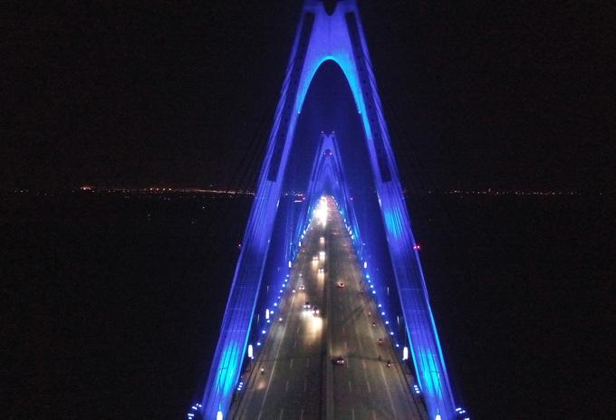 Nhiều cây cầu đồng loạt thắp đèn xanh vì người tự kỷ