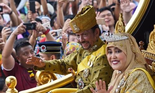 Quốc vương Brunei Hassanal Bolkiah và Hoàng hậuSalehatrong lễ kỷ niệm 50 năm trị vì của ông tại Bandar Seri Begawan tháng 10/2017. Ảnh: AFP.