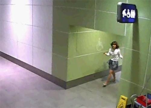 Đoàn Thị Hương đi ra từ nhà vệ sinh ở sân bay Kuala Lumpur sau khi xoa dầu lên mặt Kim Chol. Ảnh: Asahi