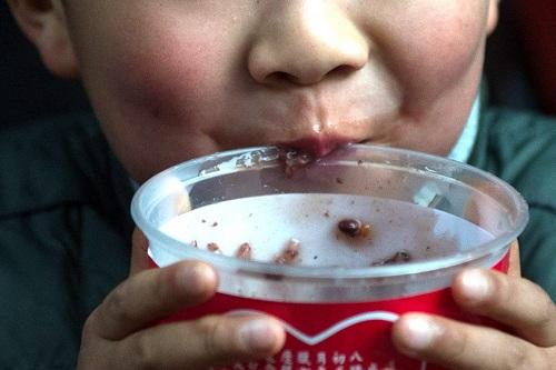 Trẻ ở trường mẫu giáo Mengmeng được chẩn đoán ngộ độc nitrite sau khi ăn cháo. Ảnh: Xinhua