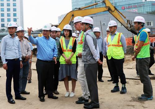 Phó chủ tịch UBND TP Hà Nội Nguyễn Thế Hùng (người giơ tay) kiểm tra tiến độ gói thầu CP03 vào chiều 28/3. Ảnh: Võ Hải.