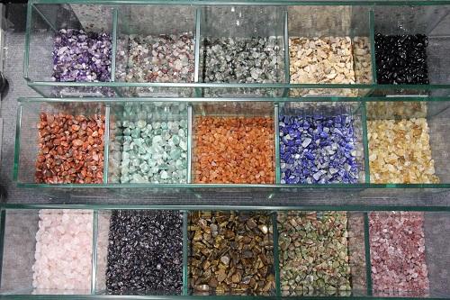 Lần đầu tiên, Khang Minh đưa các loại đá quý tự nhiên như Thạch Anh Vàng, Thạch Anh Đen, Mã Não, Ngọc Hoàng Long, Thạch Lựu Ngọc... vào vật liệu ốp lát.Ảnh:Thành Dương.