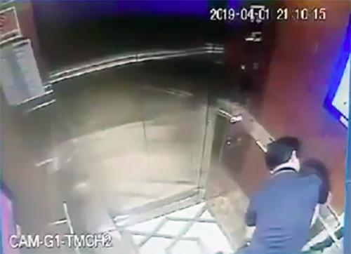 Hình ảnh camera thang máy ởchung cư Galaxy 9, Quận 4 TP HCM ghi lại cảnh bé gái bị ông Nguễn Hữu Linh, nguyên Viện phó VKSND Đà Nẵng sàm sỡ.