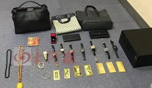 Những đồ vật cá nhân mà Tan dùng để lừa đảo. Ảnh: Weibo.