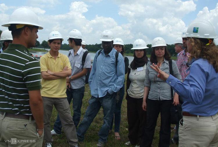 Nguyễn Mạnh Hùng (áo vàng) cùng các chuyên gia tại Hà Lan khảo sát thực địa.