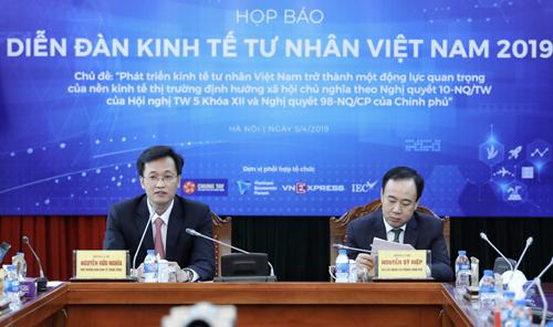 Ông Nguyễn Hữu Nghĩa (trái), và ông Nguyễn Sỹ Hiệp, Phó Chủ nhiệm Văn phòng Chính phủ, Phó ban tổ chức Diễn đàn tại sự kiện. Ảnh: Ngọc Thành