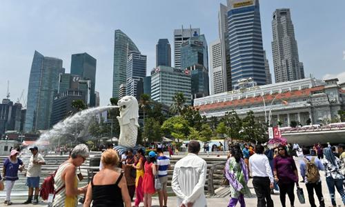 Khách du lịch tham quan Singapore. Ảnh: Straits Times.