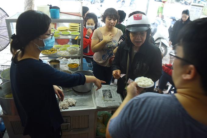 Người Hà Nội xếp hàng mua bánh trôi, chay dịp Tết Hàn thực