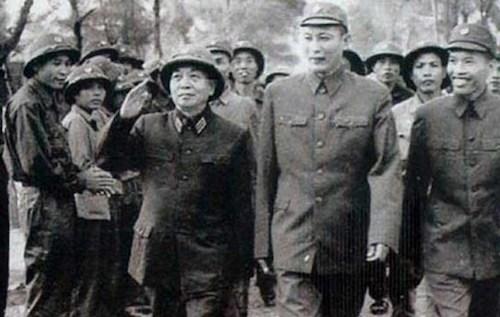 Đại tướng Võ Nguyên Giáp cùng Tư lệnh Binh đoàn Trường Sơn Đồng Sỹ Nguyên đến thăm bộ đội Trường Sơn. Ảnh tư liệu