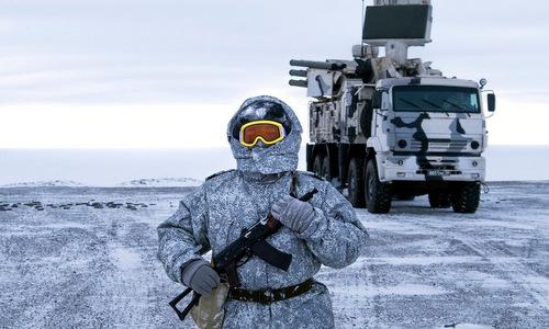 Binh sĩ Nga đứng gác cạnh tổ hợp Pantsir-S1 trên đảo Kotelny. Ảnh: AP.