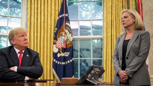 Trump (trái) và Bộ trưởng An ninh Nội địa Niesel tại Nhà Trắng năm 2018. Ảnh: AP.