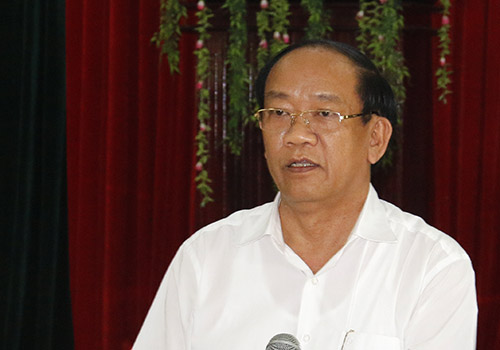 Ông Đinh Văn Thu, Chủ tịch tỉnh Quảng Nam giải thích cho người dân về các ý kiến. Ảnh: Đắc Thành.