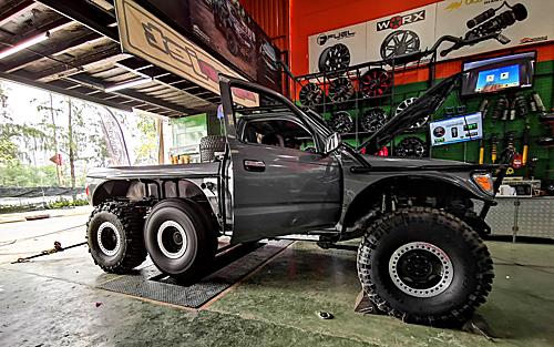 Bản độ 6 bánh Toyota Tacoma tại xưởng độ ở Bình Chánh, TP HCM.