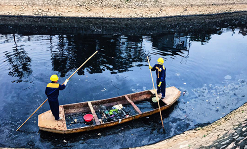 Công nhân vớt rác trên sông Tô Lịch. Ảnh: Quốc Vương.