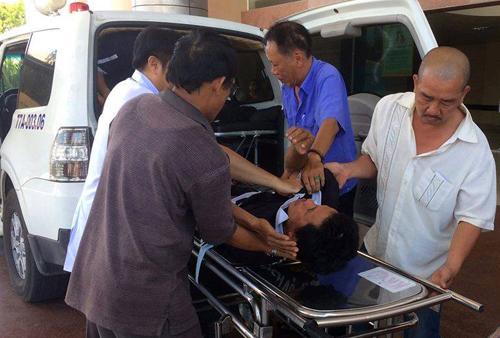Nạn nhân bị thương được chuyển đến bệnh viện. Ảnh: Thạch Thảo.