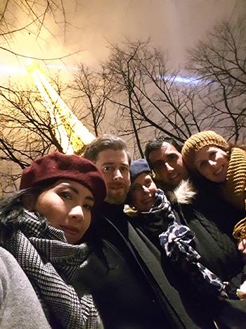 Tuyết Mai, bạn trai Daniel (thứ hai từ trái sang) cùng gia đình anh tại Paris hồi tháng 1. Ảnh: NVCC
