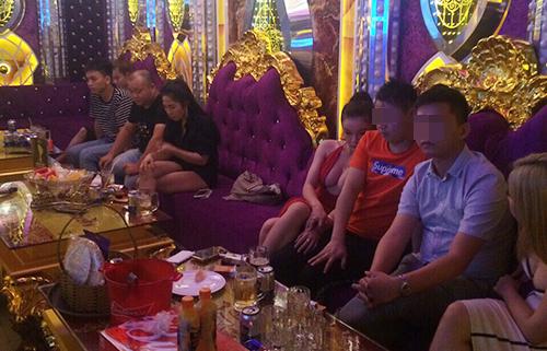 Nhiều người trong quán Karaoke XO dương tính ma tuý. Ảnh: Công an cung cấp.