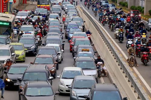 Ôtô, xe máy trên một tuyến đường tại Hà Nội. Ảnh: Bá Đô.