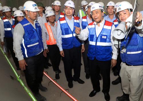 Thủ tướng Nguyễn Xuân Phúc thị sát đoạn đi ngầm của tuyến Metro số 1. Ảnh: Hữu Khoa