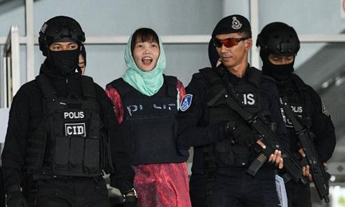 Đoàn Thị Hương rời tòa ở Malaysia ngày 1/4. Ảnh: AFP.