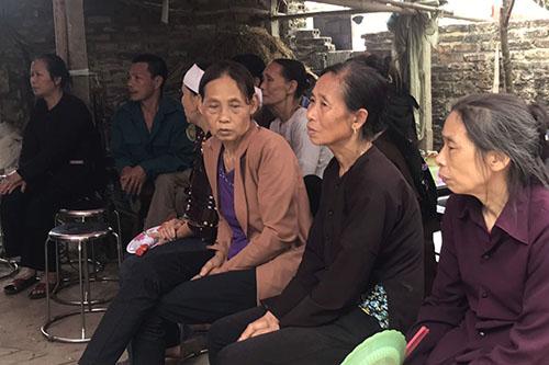 Hàng xóm đến chia buồn với gia đình anh Việt. Ảnh: Tất Định