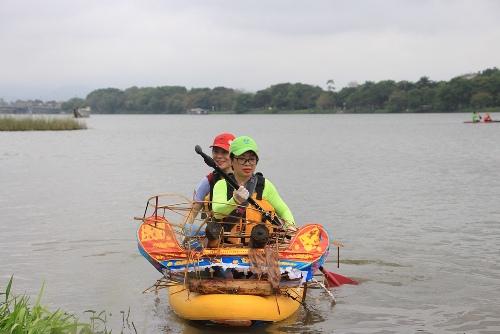 Người dân dùng thuyền Sup đi nhặt rác trên sông Hương. Ảnh: Võ Thạnh