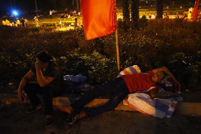 Du khách ngủ giữa trời đêm chờ dâng hương giỗ tổ Hùng Vương