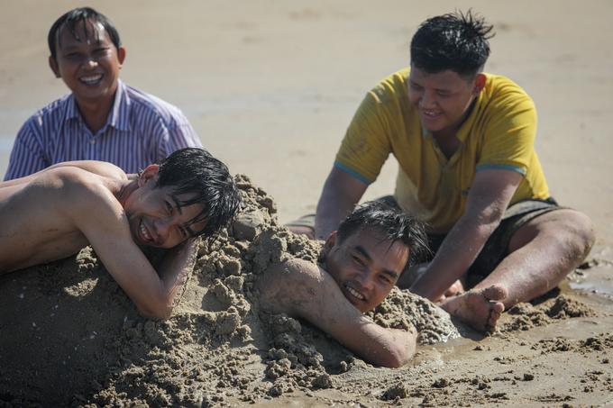 Biển Vũng Tàu đông nghịt người trong ngày nghỉ lễ