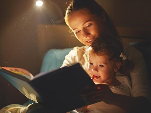 Đọc sách về nhân vật dũng cảm cho trẻ nghe trước giờ đi ngủ có thể giúp xua tan những nỗi sợ phi lý. Ảnh: Parent Toolkit