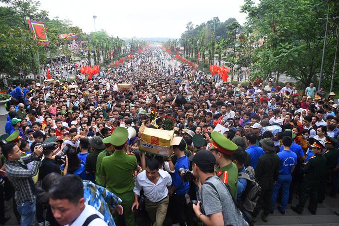 Đông đảo người dân hành hương về Phú Thọ, dâng hương tưởng nhớ Vua Hùng