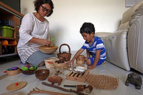 Tse Lai-man cùng con trai chơi đồ hàng để phát triển trí tưởng tượng và các giác quan. Ảnh: SCMP
