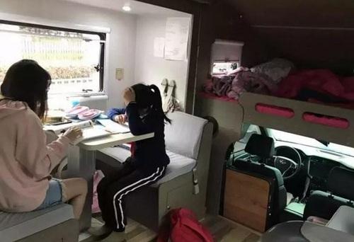 Nữ sinh học bài trong nhà di động trị giá 500.000 nhân dân tệ. Ảnh: Weibo