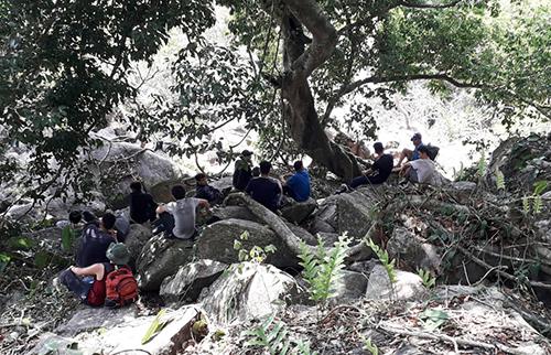 Nhóm thanh niên đi du lịch bị ong đốt ở núi Bà Đen. Ảnh: Hồng Tuyết.